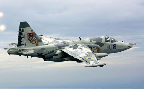 Su-25 cua Ukraine ha canh khan cap an toan khi... khong co phi cong - Anh 1