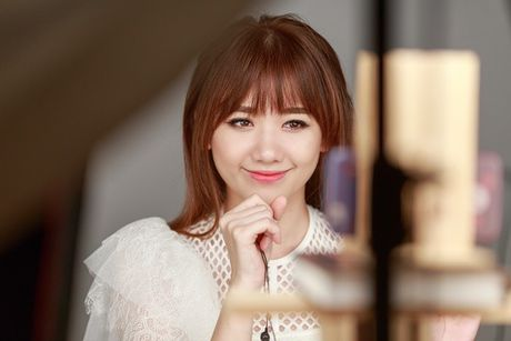 Hari Won lan dau hat live 'Yeu khong hoi han', tiet lo se som tung hit moi - Anh 1