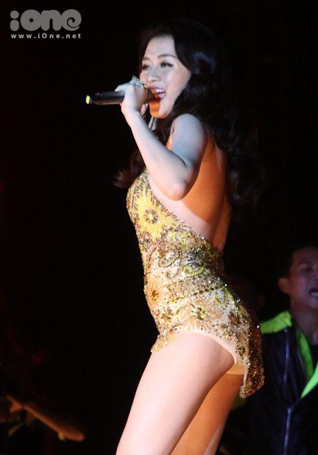 MC Phan Anh bi ke xau tim cach chiem quyen su dung facebook, Thieu Bao Trang gay nhuc mat vi vay sieu ngan - Anh 5