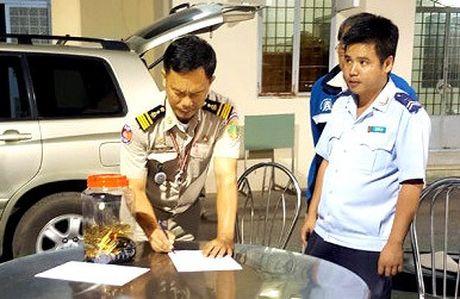 Vu Buon lau 18kg vang qua Cua khau quoc te Tinh Bien: Khoi to Thieu ta, Pho Don Cong an Cua khau Phnom Den - Anh 1