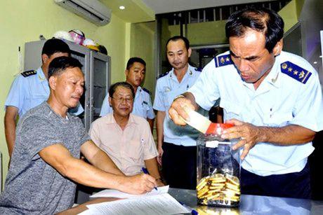 Vu Buon lau 18kg vang qua Cua khau quoc te Tinh Bien: Khoi to Thieu ta, Pho Don Cong an Cua khau Phnom Den - Anh 2