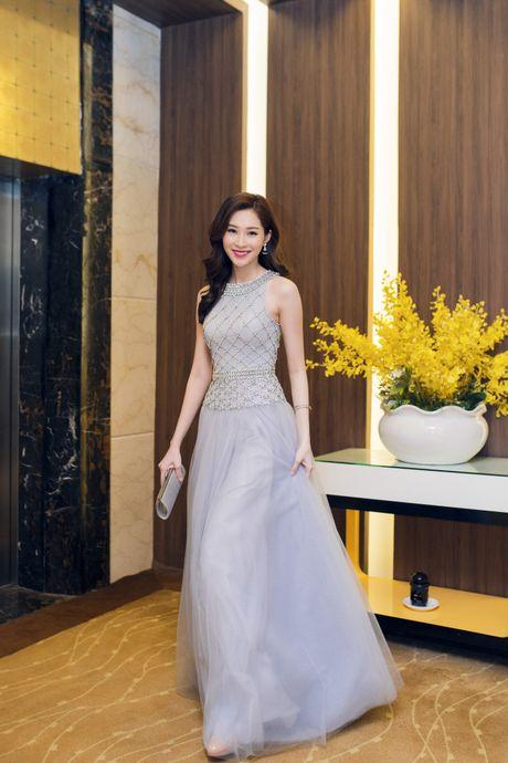 Bi om, Hoa hau Dang Thu Thao van xuat hien dep hut hon - Anh 3