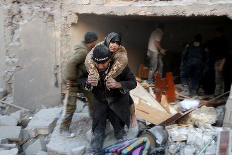 Quan doi Syria tai chiem 6 quan o Aleppo, 10.000 dan thuong thao chay - Anh 2