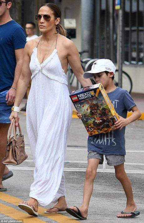 Jennifer Lopez quyen ru voi jumpsuit trang tren pho - Anh 1