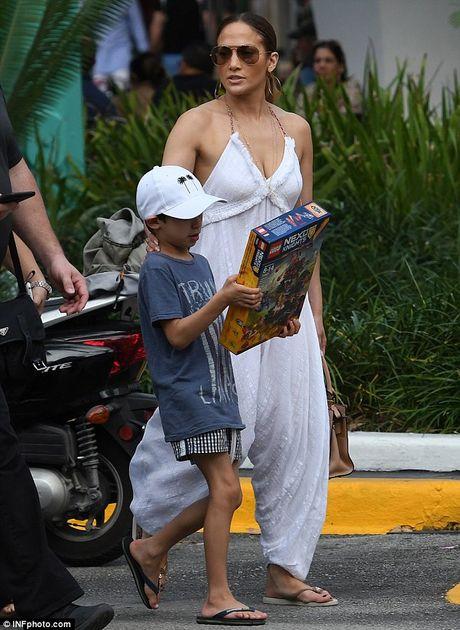 Jennifer Lopez quyen ru voi jumpsuit trang tren pho - Anh 2