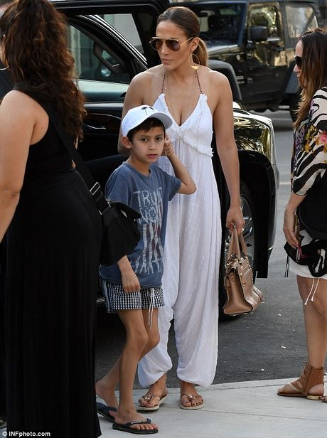 Jennifer Lopez quyen ru voi jumpsuit trang tren pho - Anh 4