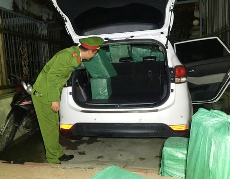 Tai xe 9X van chuyen 10.000 goi thuoc la lau - Anh 1