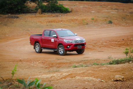 Trai nghiem kha nang off-road Toyota Hilux 2016 moi ban - Anh 1