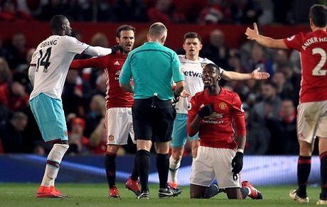 Trong tai Graham Poll: Mourinho dang bi phat 6 tran cam chi dao - Anh 1