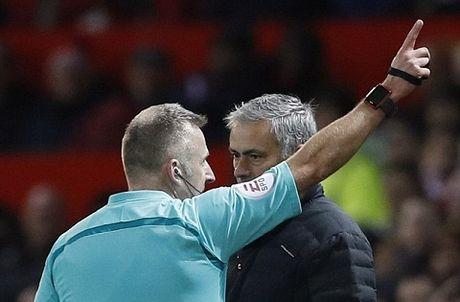Trong tai Graham Poll: Mourinho dang bi phat 6 tran cam chi dao - Anh 2