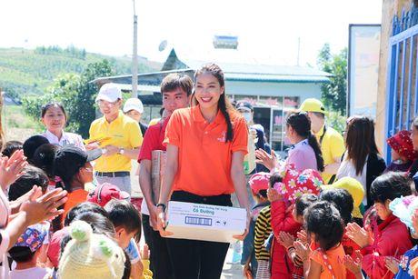 Pham Huong - Lan Khue trao tang nha tinh thuong cho ho ngheo Lam Dong - Anh 1