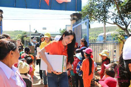 Pham Huong - Lan Khue trao tang nha tinh thuong cho ho ngheo Lam Dong - Anh 3