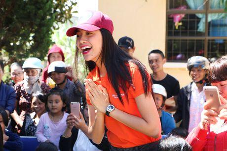 Pham Huong - Lan Khue trao tang nha tinh thuong cho ho ngheo Lam Dong - Anh 6