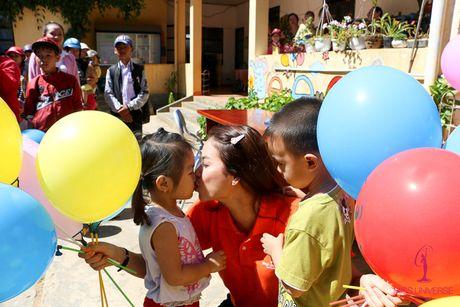 Pham Huong - Lan Khue trao tang nha tinh thuong cho ho ngheo Lam Dong - Anh 8