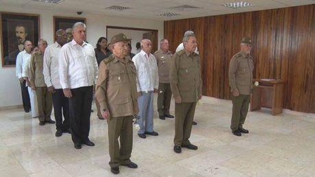 Chu tich Cuba Raul Castro tuong niem truoc tro cot lanh tu Fidel - Anh 1