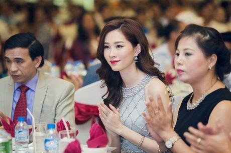 HH Dang Thu Thao dep xuat sac ben 'xe' xin - Anh 7