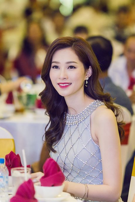 HH Dang Thu Thao dep xuat sac ben 'xe' xin - Anh 8