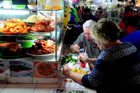 Dao quanh cho Ben Thanh thuong thuc du loai thuc an vat hap dan - Anh 15