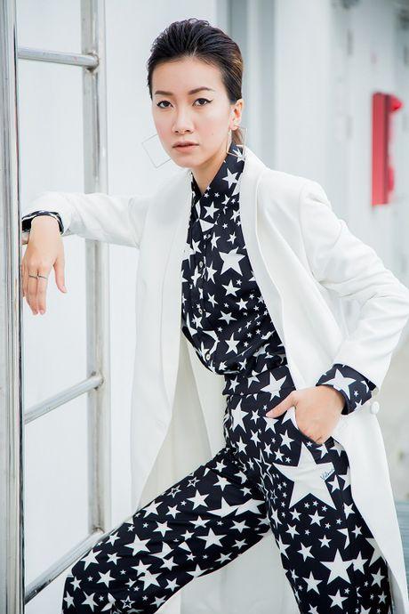 Chan dai Phan Linh xuong pho khoe dang nuot, eo thon - Anh 5