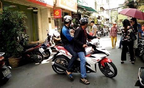 Thuc hu chuyen hai thanh nien bat coc tre em giua trung tam Sai Gon - Anh 1