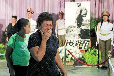 Nguoi dan Cuba xep hang dai tien dua lanh tu Fidel Castro - Anh 11
