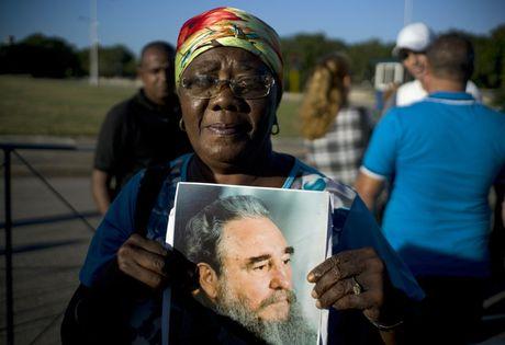 Nguoi dan Cuba xep hang dai tien dua lanh tu Fidel Castro - Anh 6