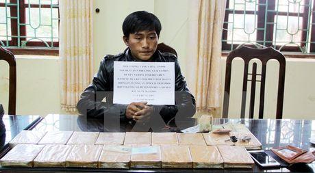 Lai Chau bat giu doi tuong van chuyen, mua ban 17 banh heroin - Anh 1