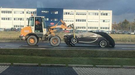 Tai xe thieu tap trung, sieu xe Bugatti Chiron dau tien gap tai nan - Anh 1