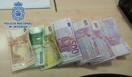 150 ngan Euro nhet trong de giay - Anh 1