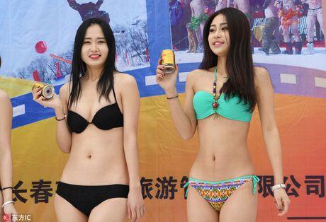 Dan nguoi dep mac bikini lam mau quang cao trong cai lanh 'thau xuong' - Anh 6