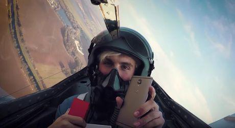 Video khui hop OnePlus 3T tren chien dau co MIG-15 - Anh 1