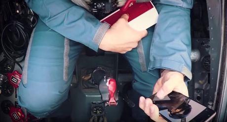 Video khui hop OnePlus 3T tren chien dau co MIG-15 - Anh 8