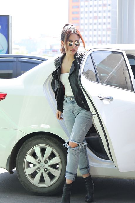 Trang Moon sexy, Midu kin dao o san bay - Anh 1
