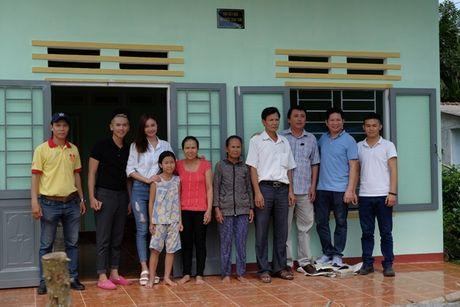 Ninh Duong Lan Ngoc gian di toi Quang Ngai tang nha cho nguoi dan ngheo - Anh 7