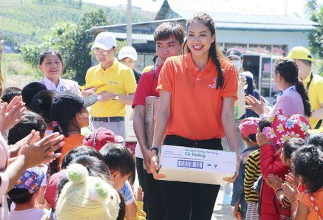 Pham Huong, Nam Em ngoi may cay vuot duong lay loi trao qua cho tre em vung cao - Anh 4