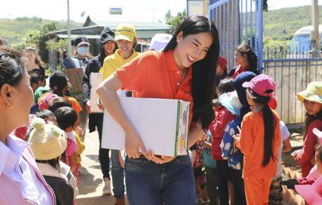 Pham Huong, Nam Em ngoi may cay vuot duong lay loi trao qua cho tre em vung cao - Anh 5