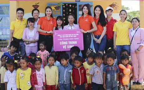 Pham Huong, Nam Em ngoi may cay vuot duong lay loi trao qua cho tre em vung cao - Anh 9