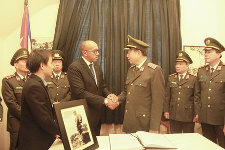 Bo truong Bo Cong an To Lam tham vieng lanh tu Fidel Castro Ruz - Anh 1