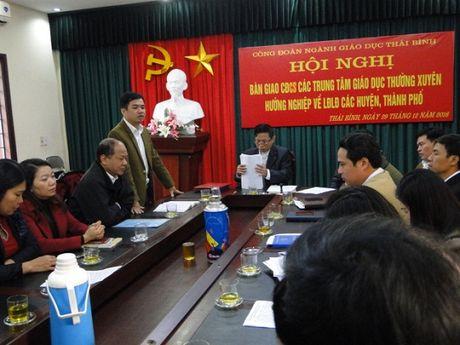 Cong doan nganh Giao duc tinh Thai Binh: Ban giao 10 CDCS ve LDLD cac huyen, thanh pho. - Anh 1