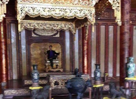 'Nam thanh nien ngoi tren ngai vang' trieu Nguyen la anh ghep - Anh 1