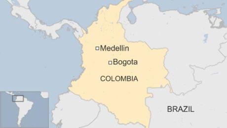 Doi bong da Brazil tu nan tren chuyen bay den Medellin - Anh 1