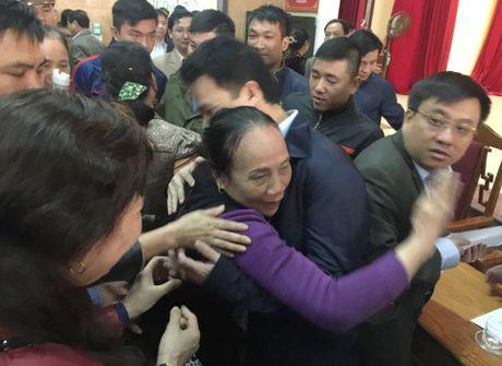 Tieu thuong om cham chu tich tinh Ha Tinh noi cam on - Anh 2