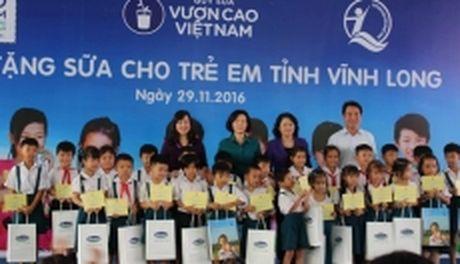 Pho Chu tich nuoc Dang Thi Ngoc Thinh tang hoc bong va sua cho tre em Vinh Long - Anh 1