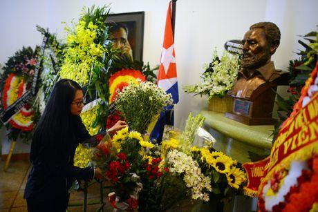 Nguoi dan ong My mang anh Fidel Castro di vieng vi nguong mo - Anh 11