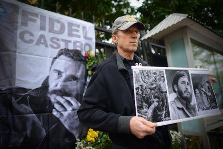 Nguoi dan ong My mang anh Fidel Castro di vieng vi nguong mo - Anh 5