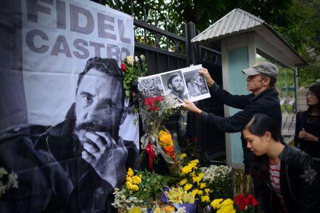 Nguoi dan ong My mang anh Fidel Castro di vieng vi nguong mo - Anh 6