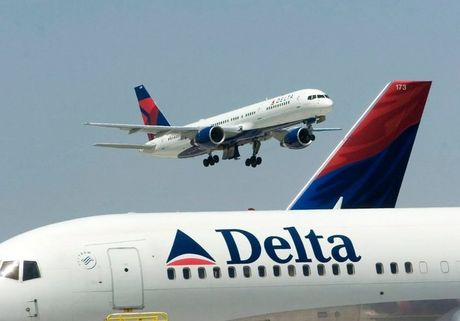Delta Airlines cam bay suot doi voi hanh khach 'cuong Trump' - Anh 1