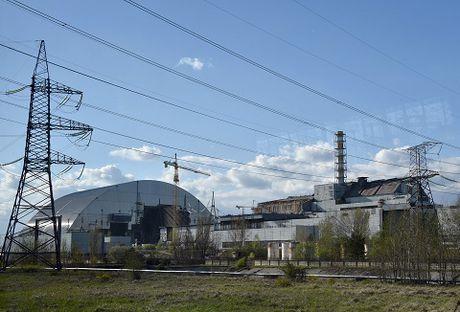 Ukraine hoan thanh 'quan tai thep' khong lo chup len nha may dien hat nhan Chernobyl - Anh 1