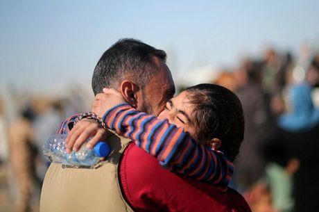 Giay phut hanh phuc cua nhung nguoi may man thoat khoi Mosul - Anh 1