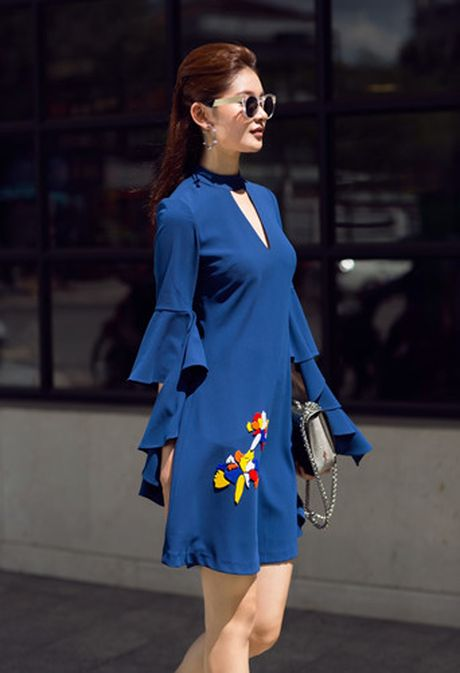 A hau Thuy Dung xuong pho voi street style ruc ro - Anh 7